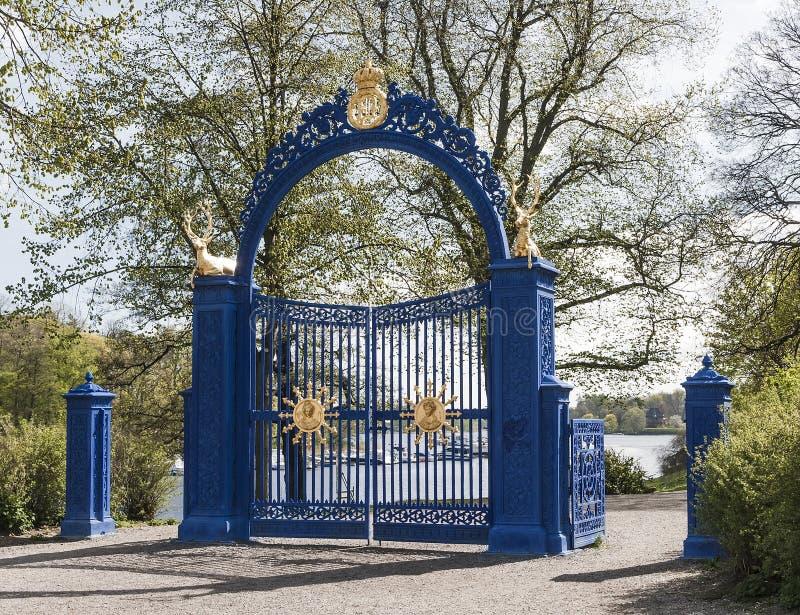 Porta azul na ilha de Djurgarden fotografia de stock royalty free