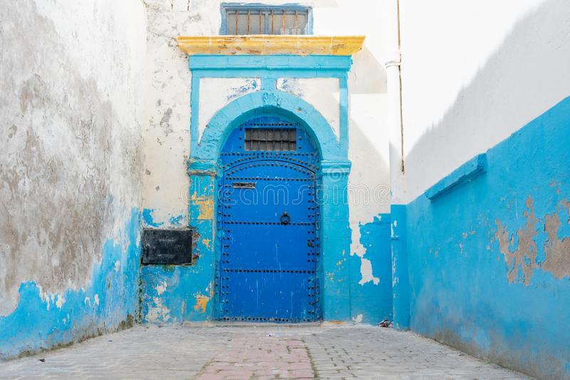 Porta azul no Medina de Essaouira Marrocos fotos de stock royalty free