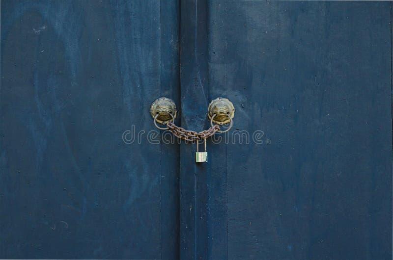 Porta azul preta de madeira fechado da pintura fotografia de stock