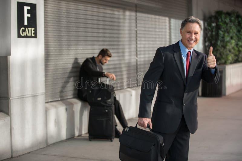 Porta bem sucedida de Work Trip Airport do homem de negócios imagens de stock