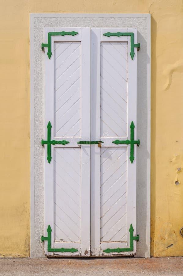 Porta bianca con la facciata gialla fotografie stock