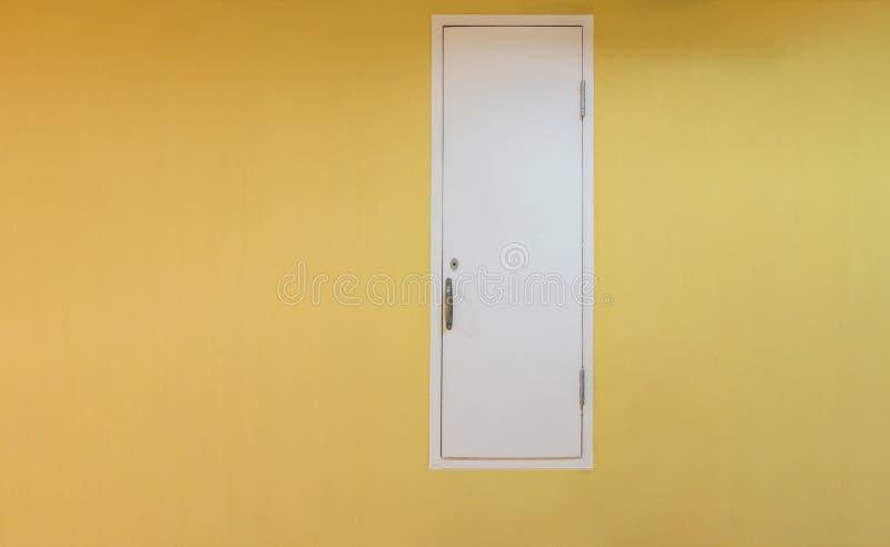 Porta bianca dell'asse con la parete gialla, architettura di sistemi del lavoro fotografia stock libera da diritti
