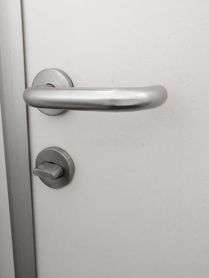 Porta bianca della serratura della maniglia del metallo immagini stock