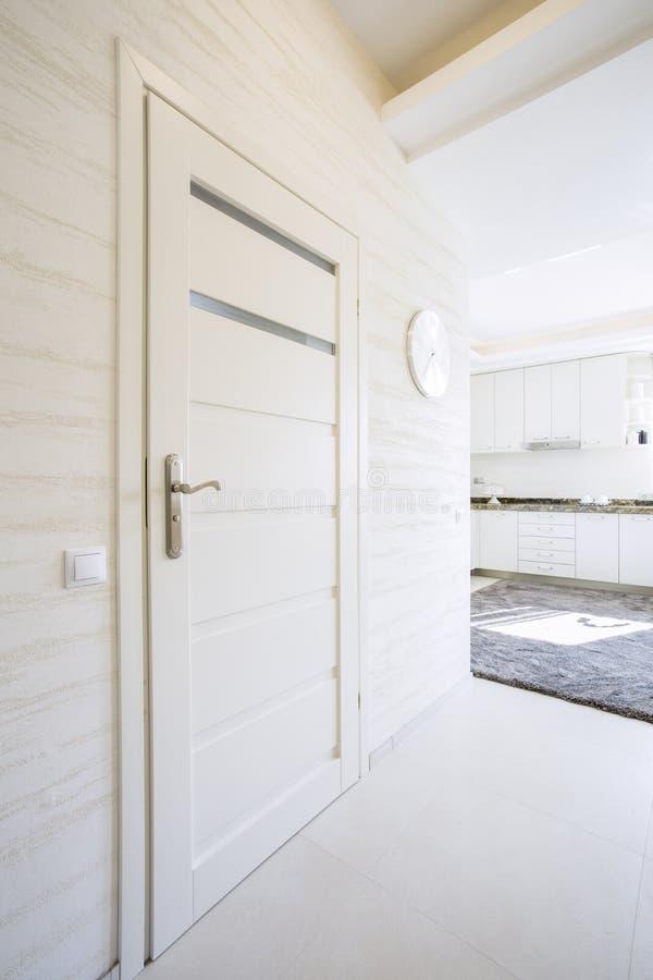 Porta bianca e di legno in casa moderna immagine stock for Casa moderna bianca