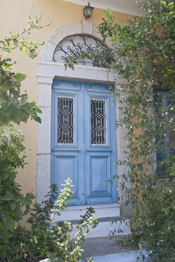 Porta blu antica in Simi fotografia stock