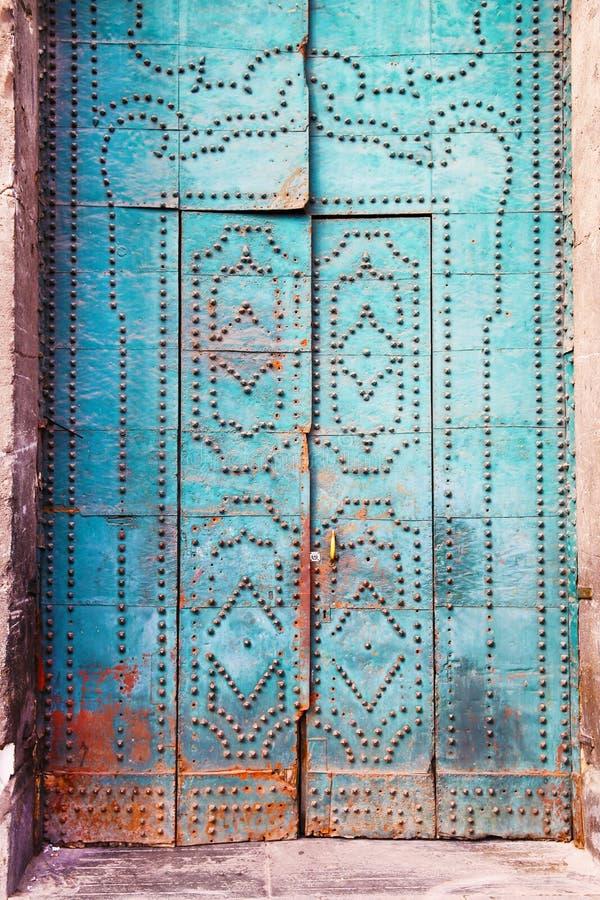 Porta blu con gli elementi decorativi immagine stock