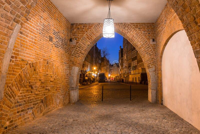 Porta bonita à cidade velha de Gdansk na noite, Polônia imagens de stock royalty free