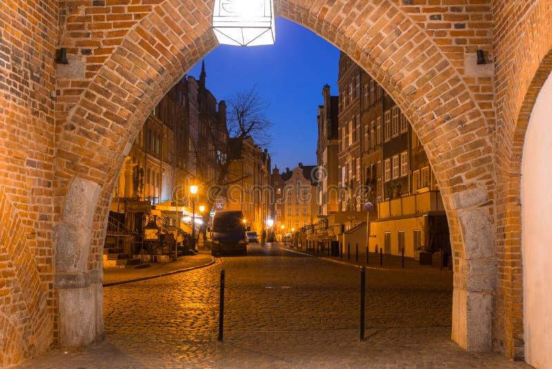 Porta bonita à cidade velha de Gdansk na noite, Polônia fotos de stock royalty free