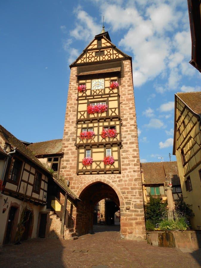 Porta bonita da cidade com torre halftimbered Riquewihr, Alsácia fotografia de stock royalty free