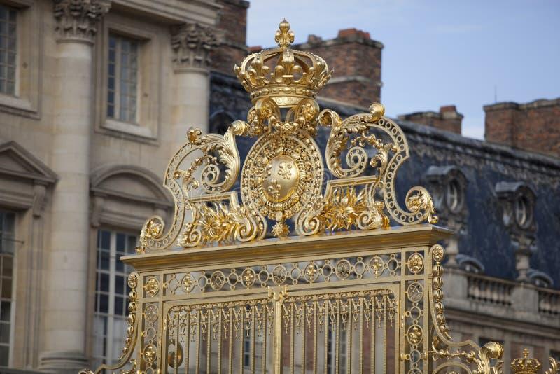 A porta bonita do palácio de Versalhes detalhou a cerca perto de Paris fotografia de stock royalty free