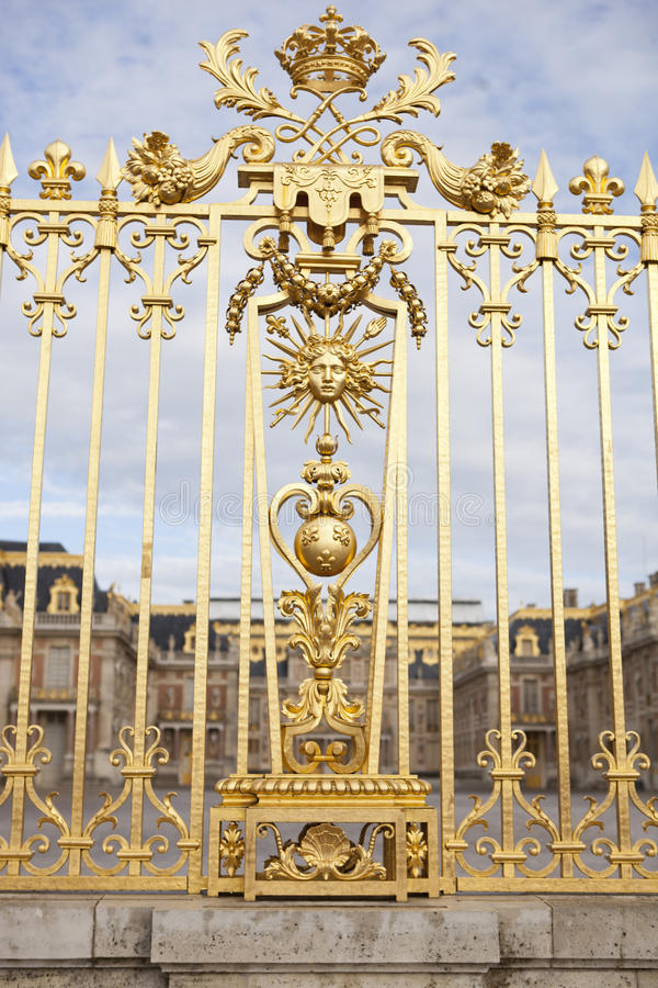 A porta bonita do palácio de Versalhes detalhou a cerca perto de Paris fotos de stock