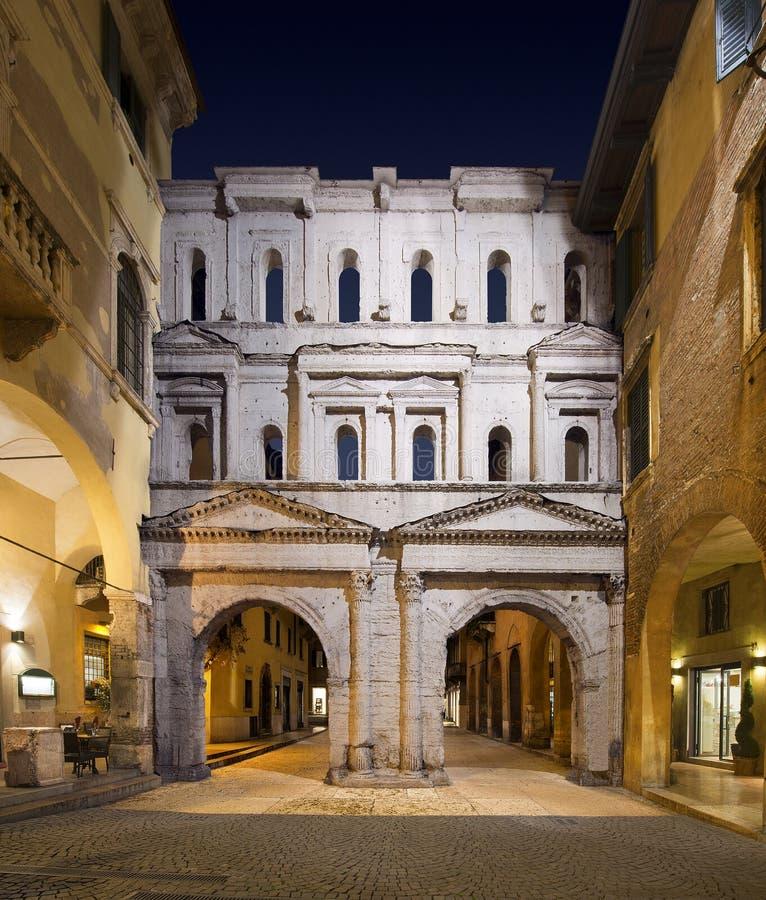 Porta Borsari por Night - Verona Italia foto de archivo
