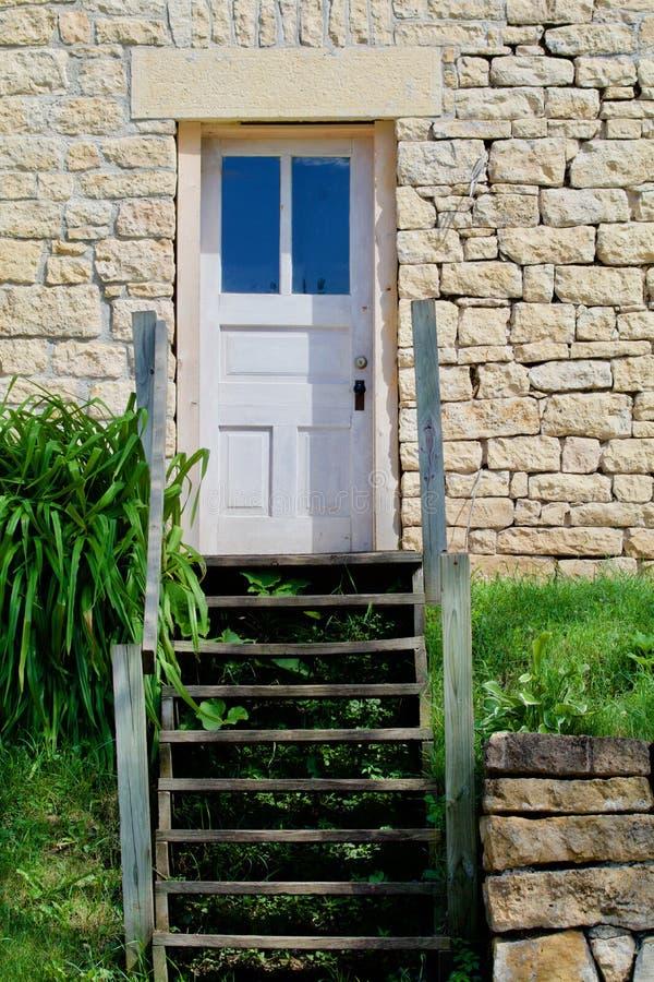 Porta branca, casa de pedra foto de stock royalty free