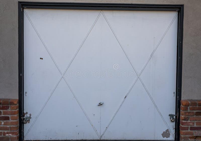 Porta branca da garagem imagem de stock