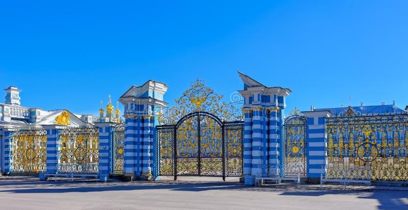 Porta a céu aberto dourada de Catherine Palace em Tsarskoye Selo imagem de stock