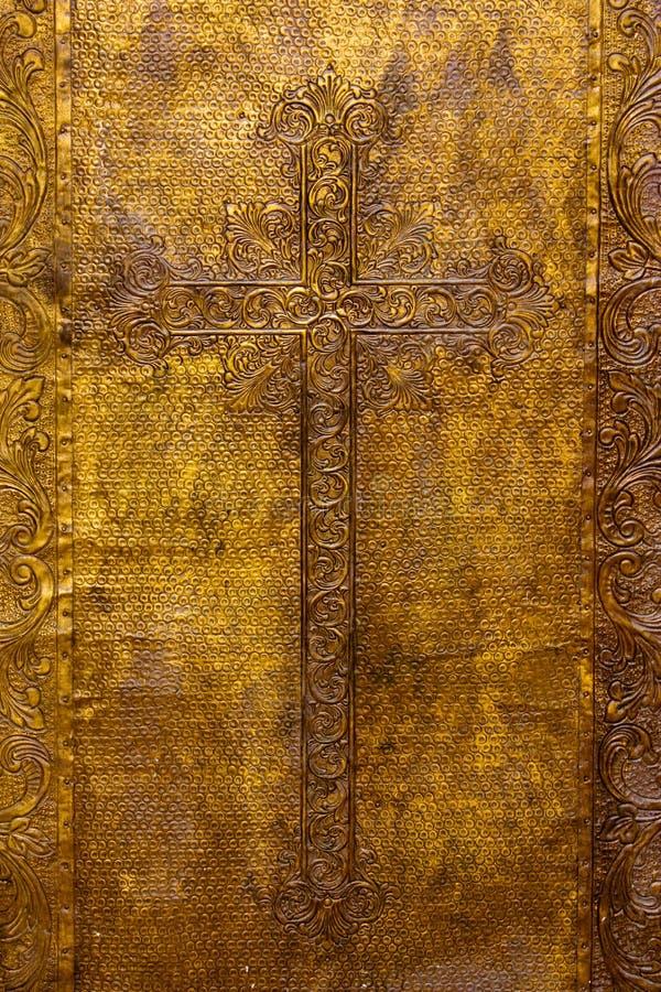 Porta chapeada dourada da igreja fotografia de stock royalty free