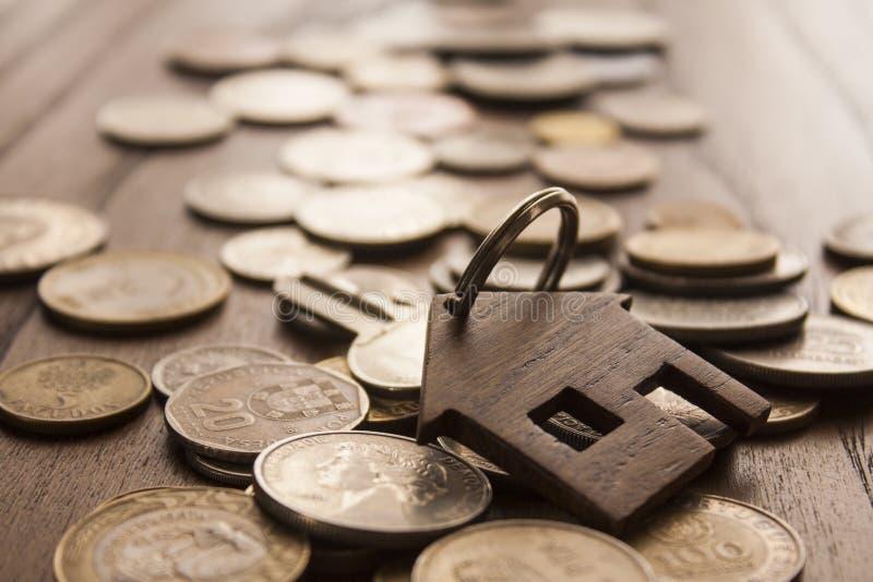 Porta-chaves de madeira da casa imagem de stock royalty free