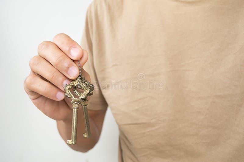Porta-chaves do ouro com chave à disposição fotos de stock royalty free