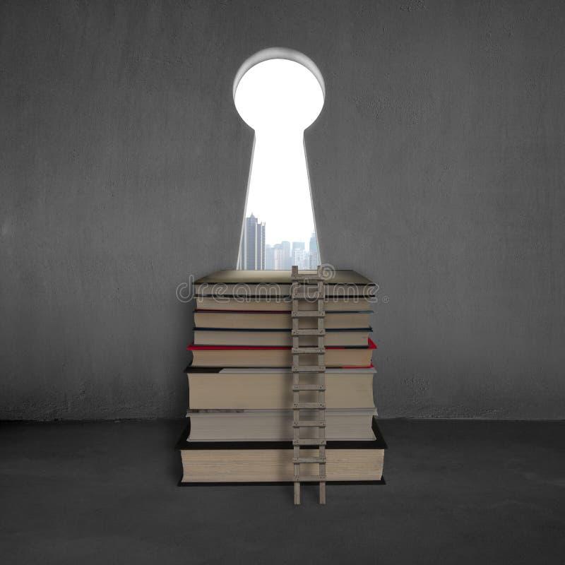 Porta chiave di forma con i libri della pila, la scala e la vista della città immagini stock