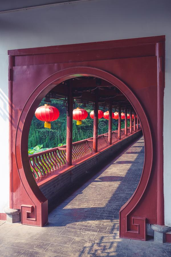 Porta chinesa da arquitetura com as lanternas vermelhas chinesas foto de stock