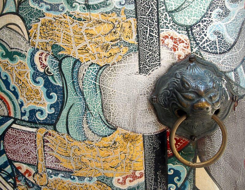 Porta chinesa pintada velha com botão do leão foto de stock royalty free