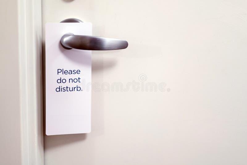 A porta chiusa di camera di albergo con prego non disturbi il segno fotografie stock libere da diritti