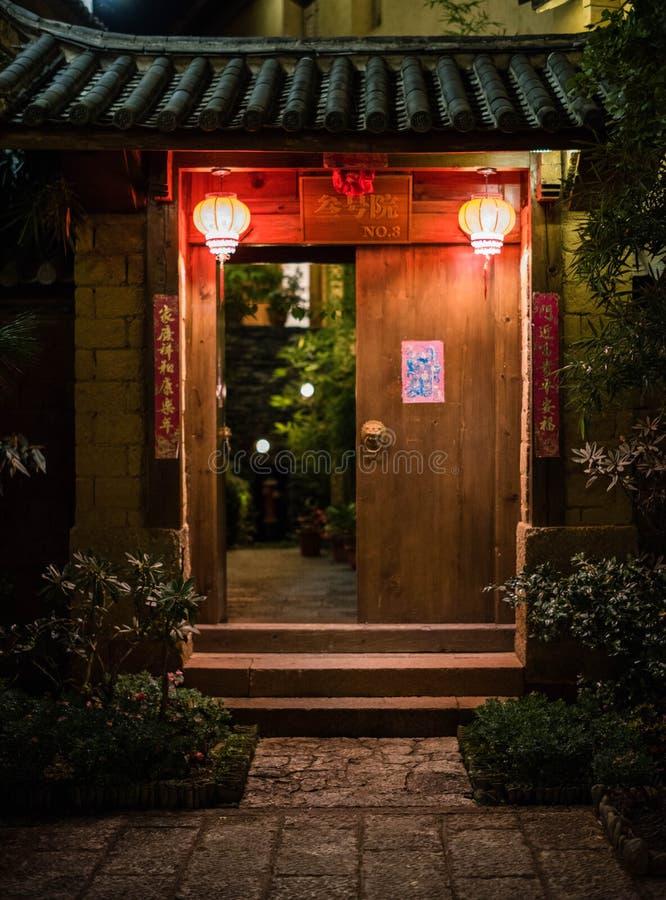 Porta cinese del cortile nella notte fotografia stock