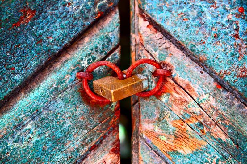 Porta colorida velha com cadeado fotos de stock royalty free