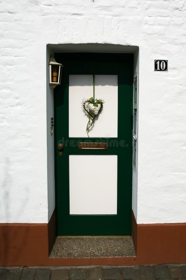 Porta com a decoração da forma do coração imagens de stock royalty free