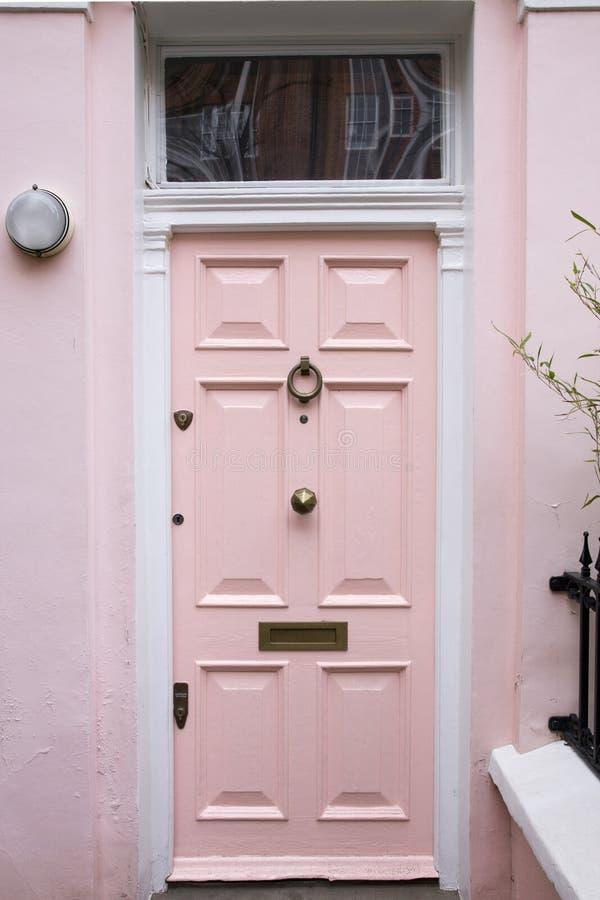 Porta cor-de-rosa na casa típica de Londres foto de stock royalty free