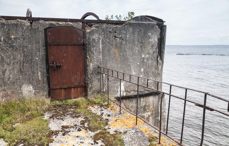 Porta d'acciaio arrugginita, entrata al bunker abbandonato immagini stock
