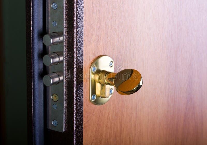 Porta d'acciaio con la serratura immagine stock