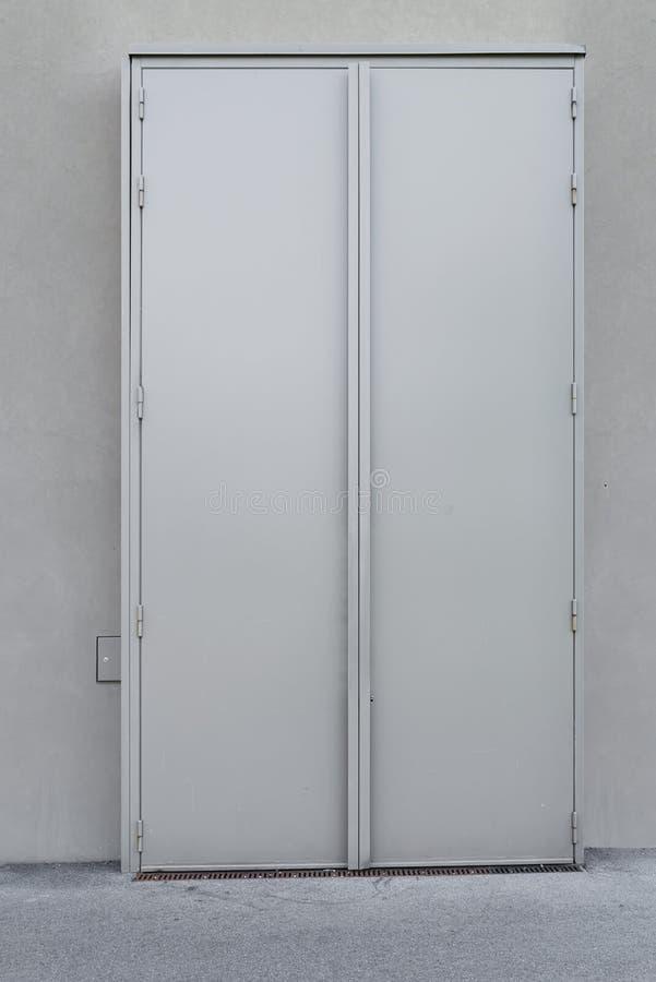 Porta d'acciaio di sicurezza ed impermeabilizzazione di resistenza al fuoco, porta dell'oscillazione uscita/dell'entrata doppia fotografia stock libera da diritti
