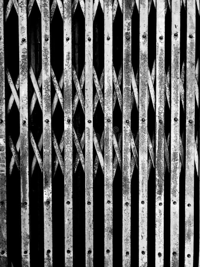 Porta d'acciaio nera di allungamento immagine stock libera da diritti