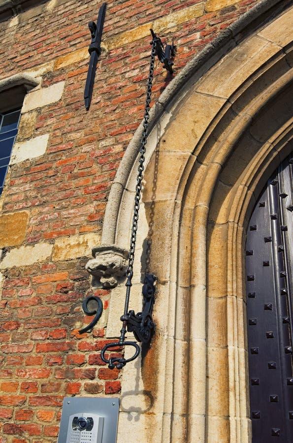 Porta d'annata della campana e porta moderna della campana su Rubens House Dutch: Rubenshuis Anversa, Belgio immagine stock