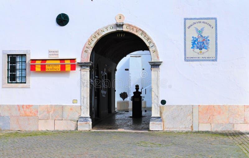 A porta da arma nas matrizes do regimento de cavalaria nenhumas 3 - Dragões de Olivença imagem de stock royalty free