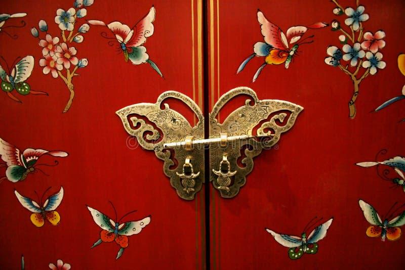 Porta da borboleta na mobília do Chinês-estilo imagens de stock