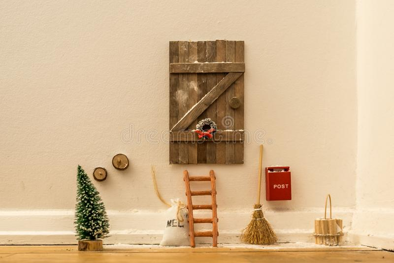 Porta da casa de boneca para Santa Claus fotos de stock royalty free