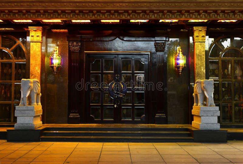 Porta da casa de campo, lâmpada de parede de cristal, iluminação da arte, porta, porta, entrada, entrada fotografia de stock