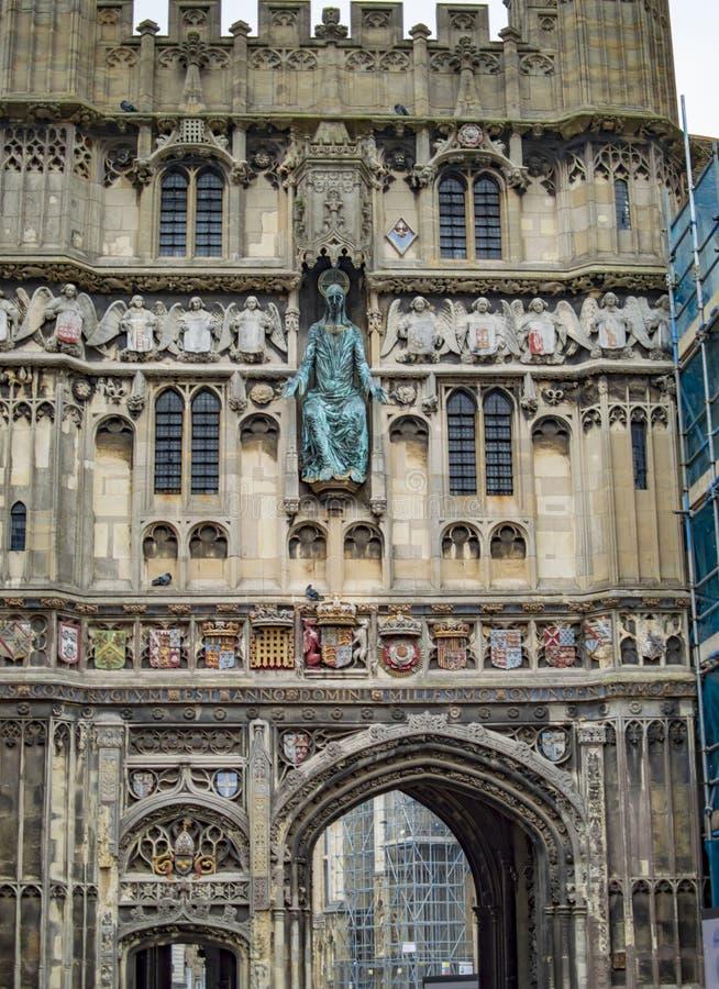 A porta da catedral de Canterbury e o ponto de entrada arqueado com grande trabalho de arte fotografia de stock royalty free