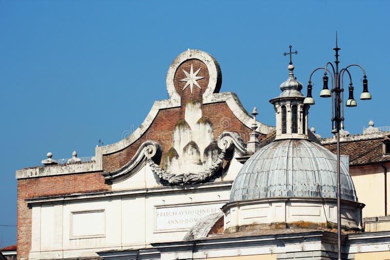 Porta da cidade de Famoso Porta del Popolo em Roma fotografia de stock