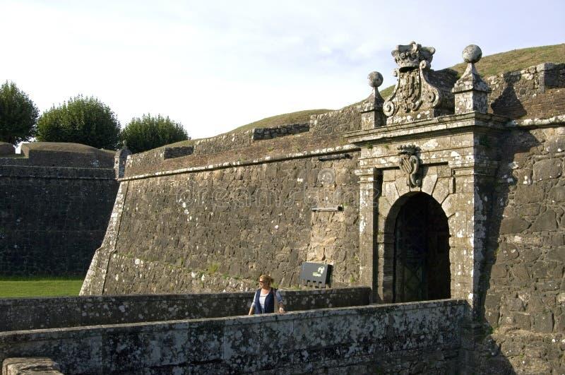 Porta da cidade na fortaleza e no turista medievais, Valenca imagem de stock