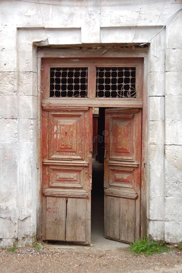 Porta da construção abandonada imagem de stock royalty free