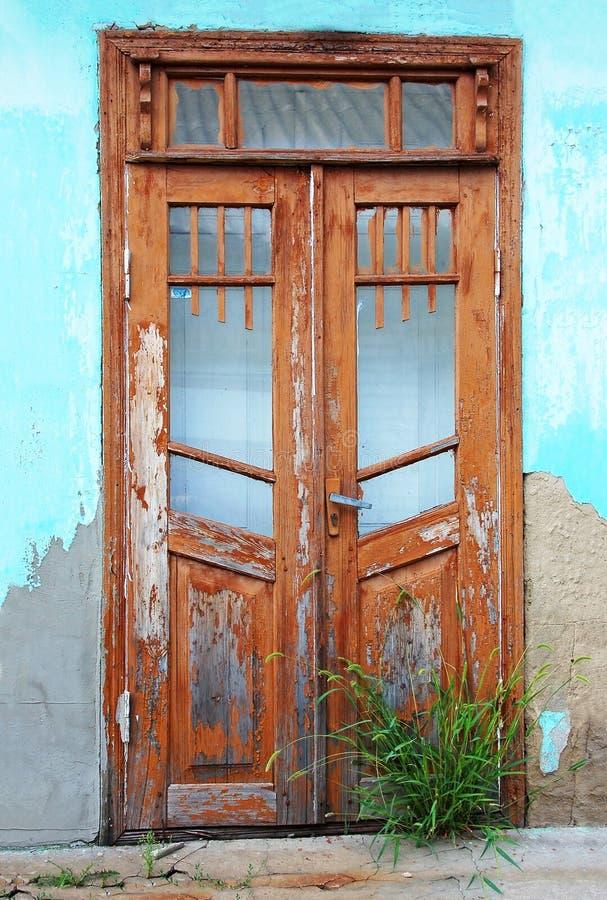 Porta da construção abandonada imagens de stock