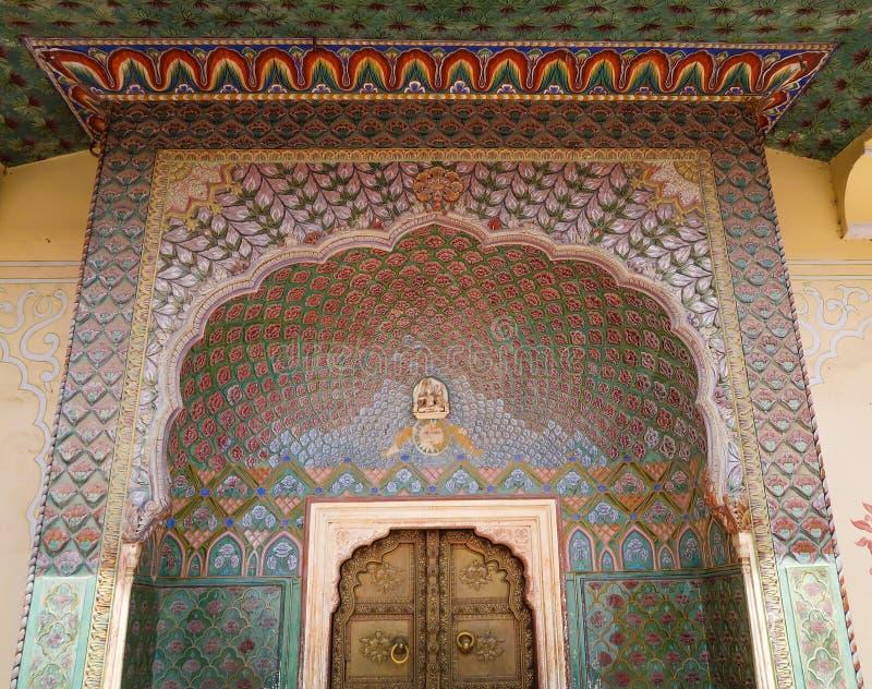 Porta da porta de Rosa no palácio da cidade de Jaipur, Índia imagem de stock