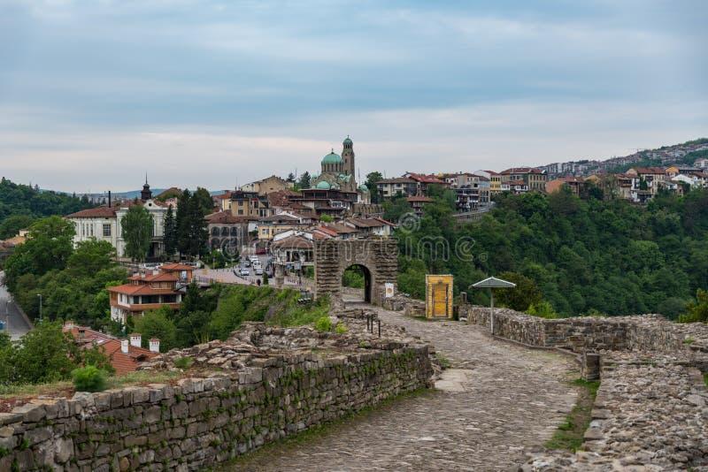 Porta da entrada da cidade velha da fortaleza e do Veliko Tarnovo de Tsarevets no fundo, Bulgária imagem de stock