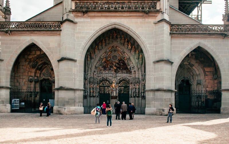 Porta da entrada e fachada dianteira da queimadura evangélica Munste da igreja fotografia de stock