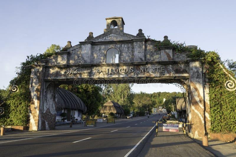 Porta da entrada a Illocos Norte, porta da estrada e sinal, dia, influência do espanhol, através da estrada imagem de stock