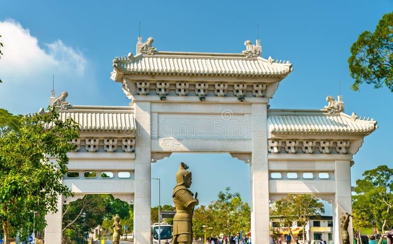 Porta da entrada a Po Lin Monastery no sibilo de Ngong - Hong Kong, China imagens de stock royalty free