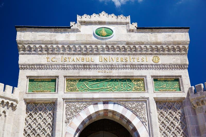 A porta da entrada principal da universidade de Istambul no quadrado de Beyazıt, é imagens de stock royalty free